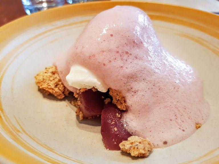 Poire pochée, sirop épicé, crumble à la noisette, sorbet fromage blanc Elmer Restaurant Paris 3