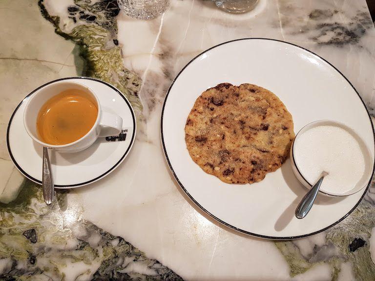 Le café et son cookie plat au chocolat Clover Grill restaurant Paris 1