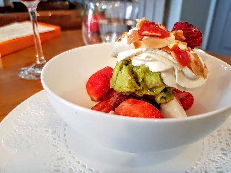 Vacherin façon Belhara, fraises et rhubarbe dans leur jus, sorbet menthe citron vert Bistrot Belhara restaurant Paris 7