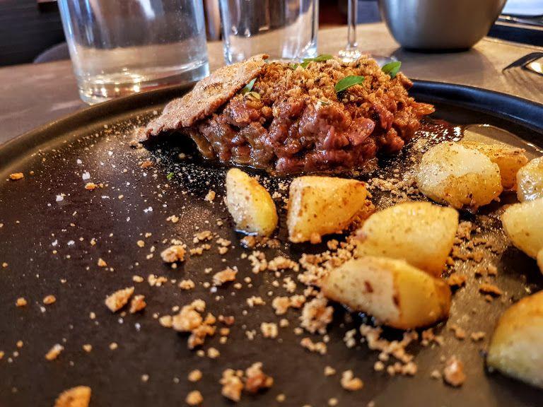 Tartare de canard, confiture de cerise, raifort, légumes confits Les Eléphants restaurant Paris 17