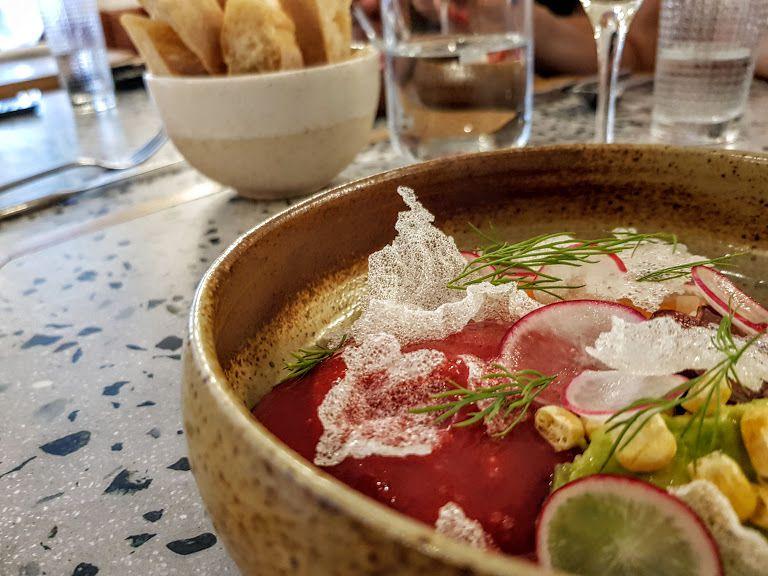 Tartare saumon avocat, radis, chips de riz, aneth, maïs et siphon cerise balsamique L'Hommage restaurant Paris 13