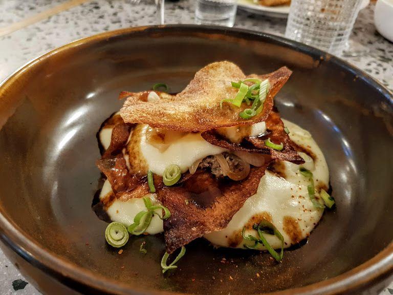 Effiloché de canard, pomme de terre fumée au foin, oignons, cébette, chips et jus L'Hommage restaurant Paris 13