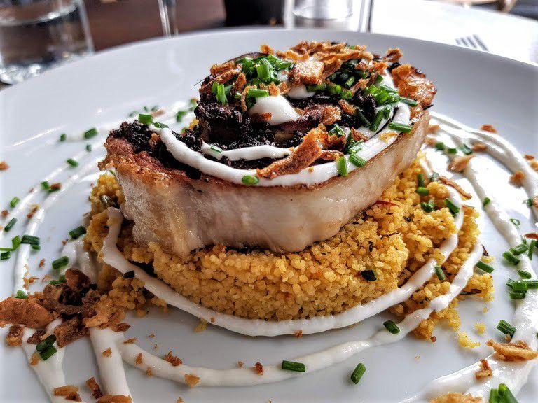 Porchetta et semoule aux épices douces et sauce coco l'Invitée restaurant Paris 5
