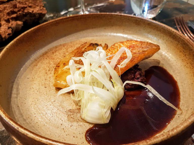 Rouget de petits bateaux, foies de volaille, fenouil Contraste restaurant Paris 8