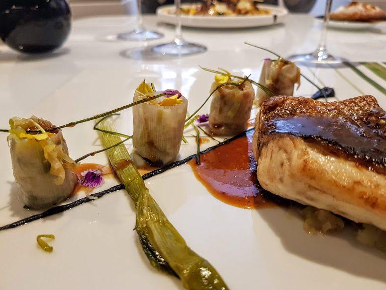Bar de ligne noisette, lit de jeunes poireaux, tonka, jus perlé Eclipses restaurant Paris 7