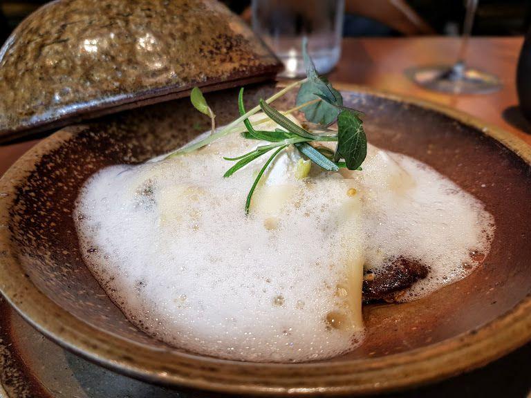 Ravioles de cèpes déstructurées émulsion de bouillon de volaille Riwi restaurant Paris 18