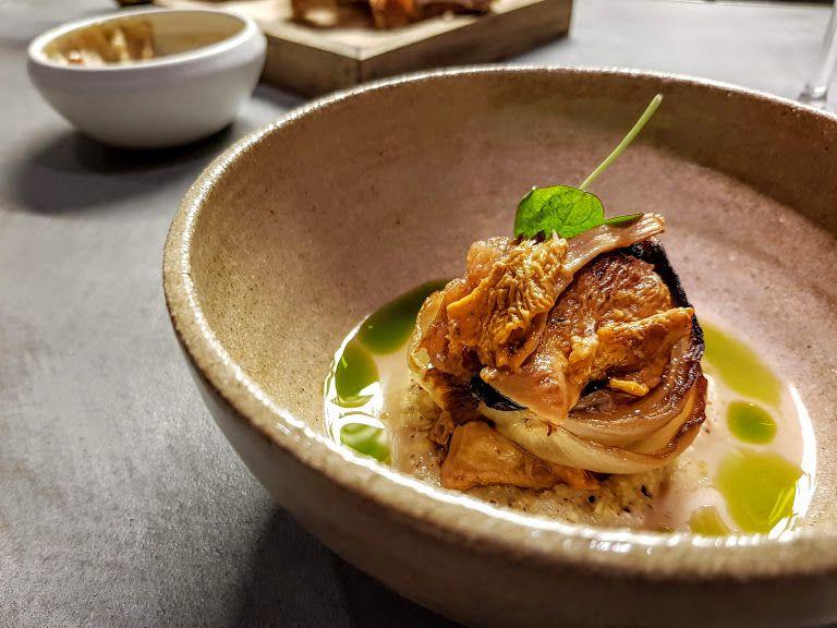 Oignon rôti, poire au verjus, girolles, huile verte, orge Fief restaurant Paris 11