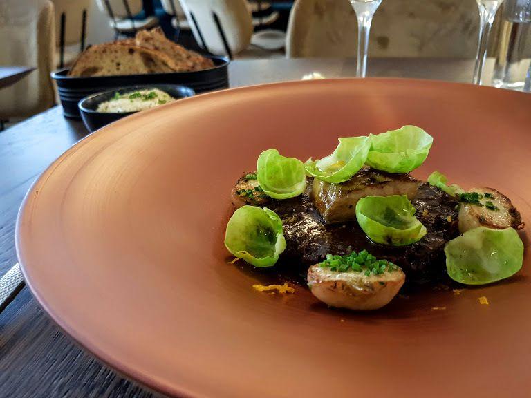Joue de boeuf à la cuillère, foie gras poêlé, choux de bruxelles et navets glacés Miura Restaurant Paris 17
