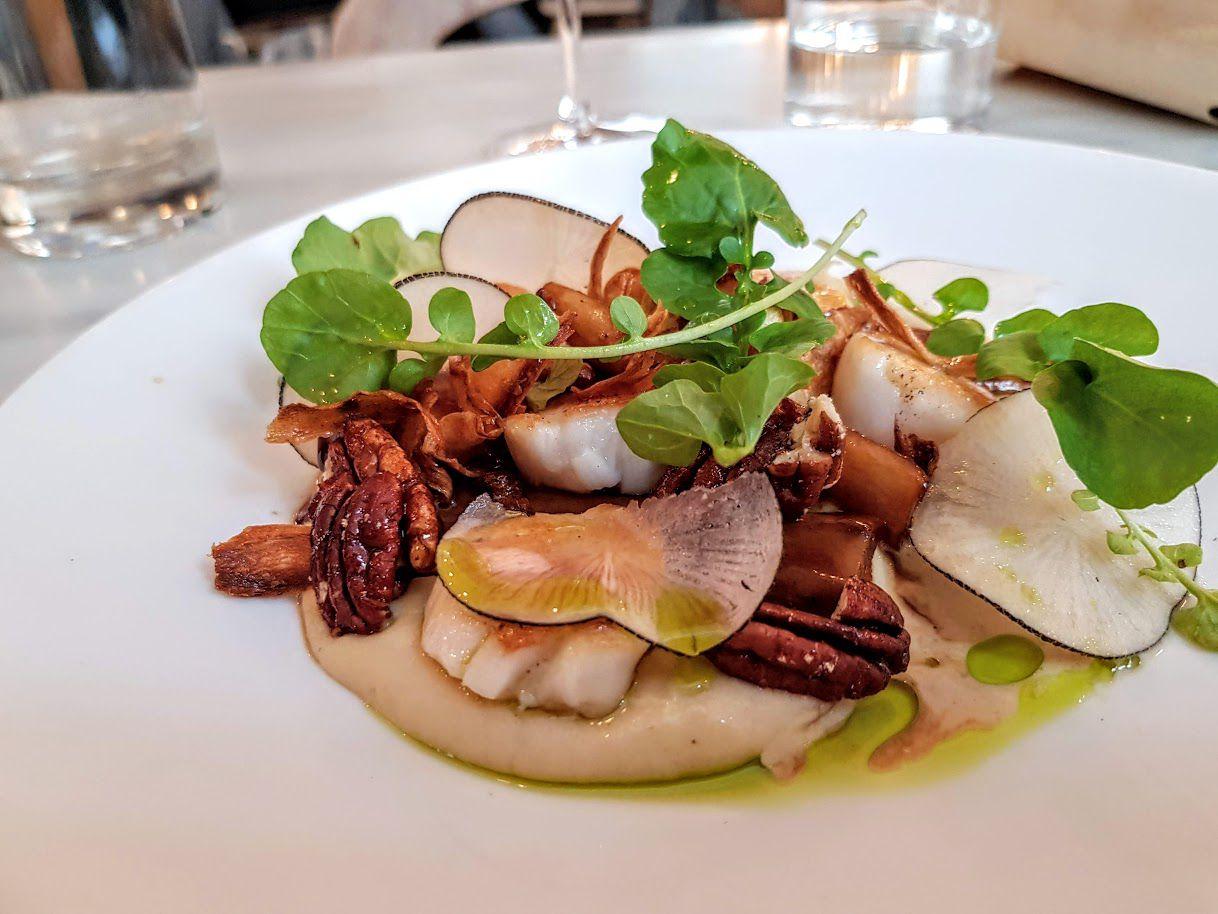 Saint jacques persil racine, salsifis glacés, beurre blanc au café Caillebotte restaurant Paris 9