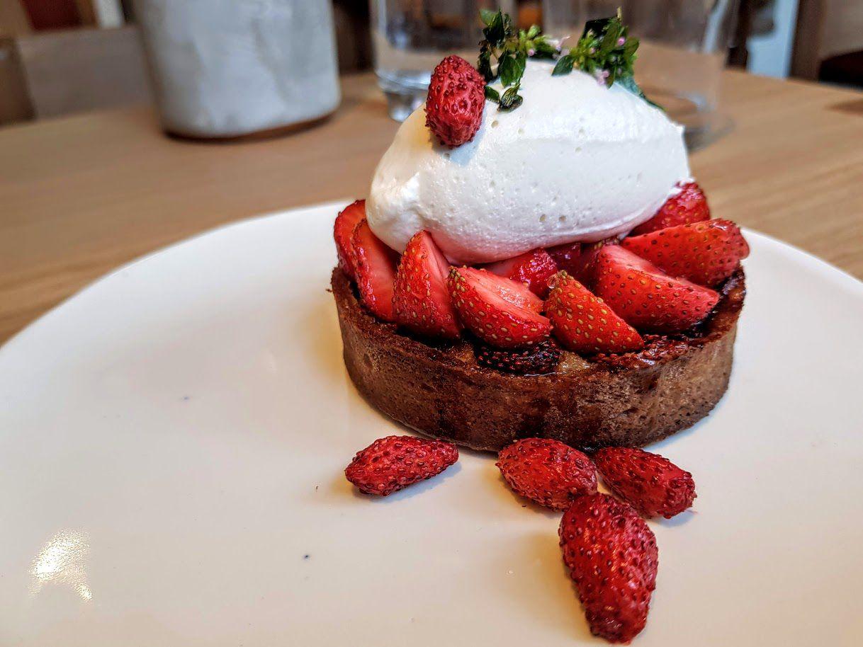 Tarte aux fraises confiturées, sherbet thym et kafir Frenchie Pigalle restaurant Paris 9