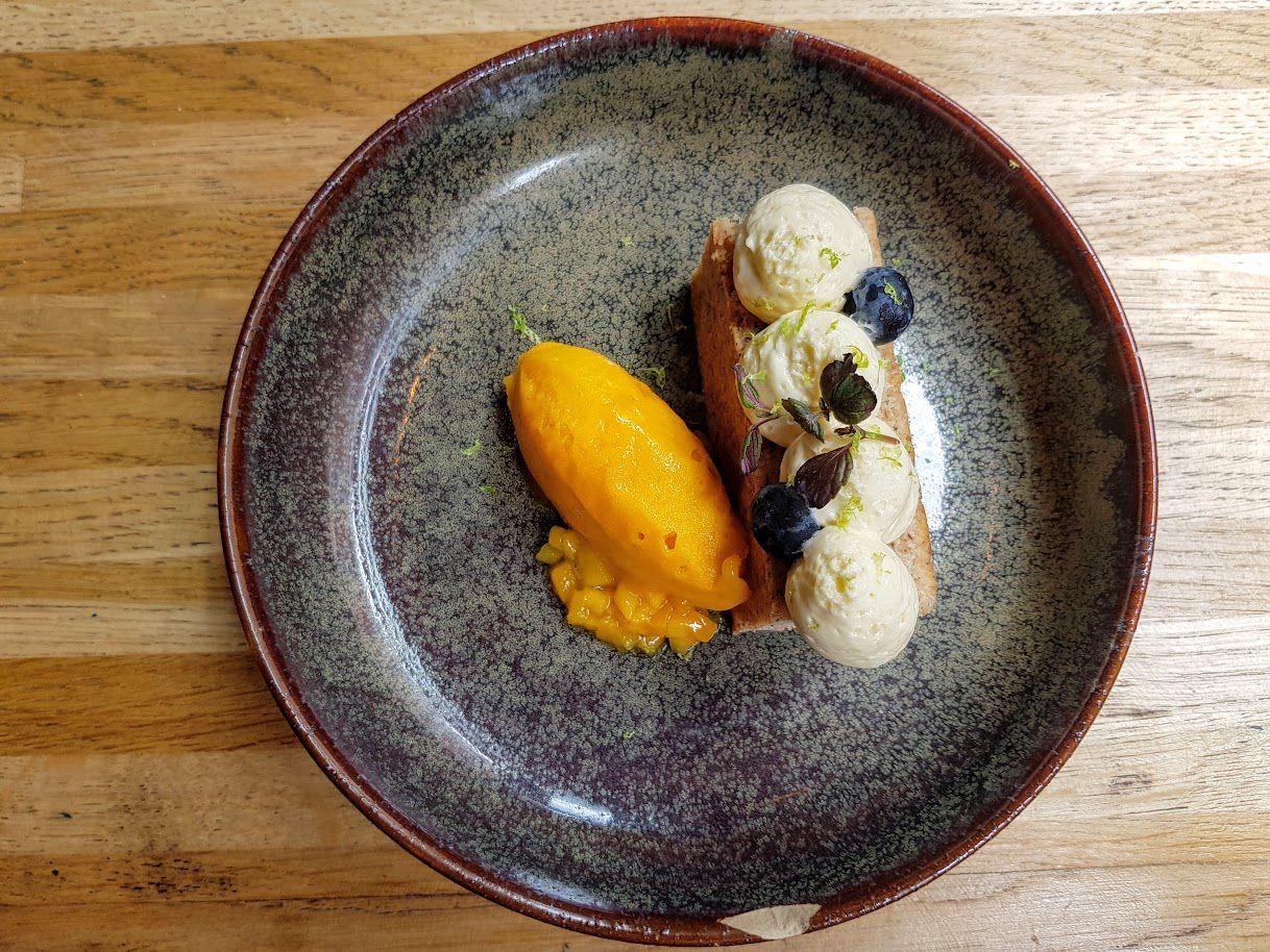 Financier noisette, crème citron vert, mangue en sorbet et tartare Rhapsody restaurant Asnières