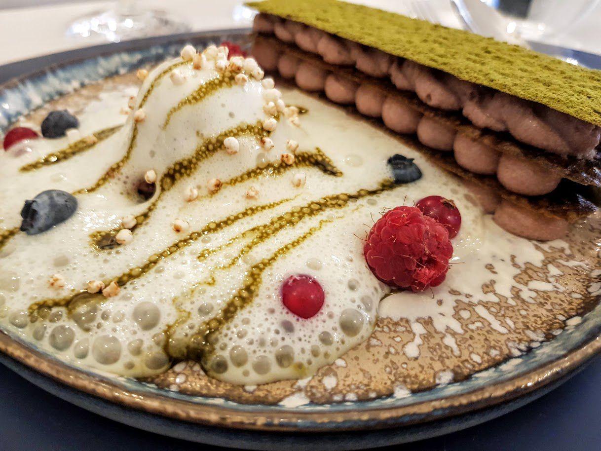 Mille feuille thé matcha, crème haricots rouges azuki, sorbet sésame noir, émulsion crème de soja Alleudium restaurant Paris ç