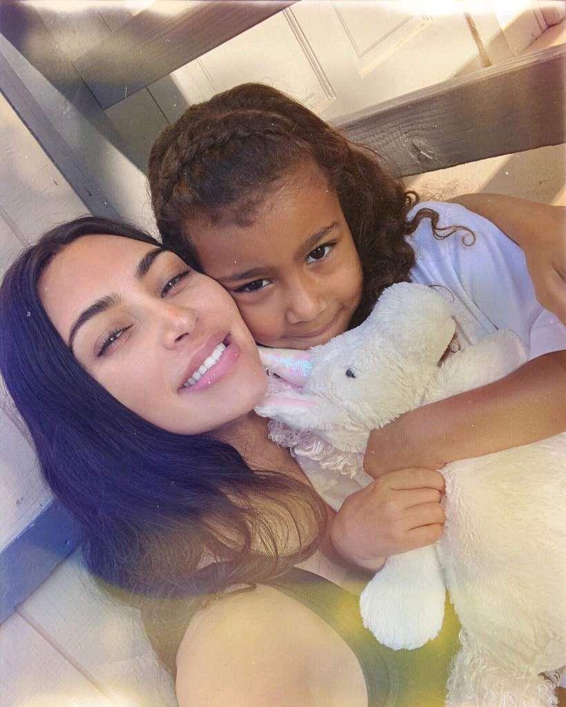 Kim se fait recadrer par Kanye west qui lui interdit de maquiller North leur fille !😮