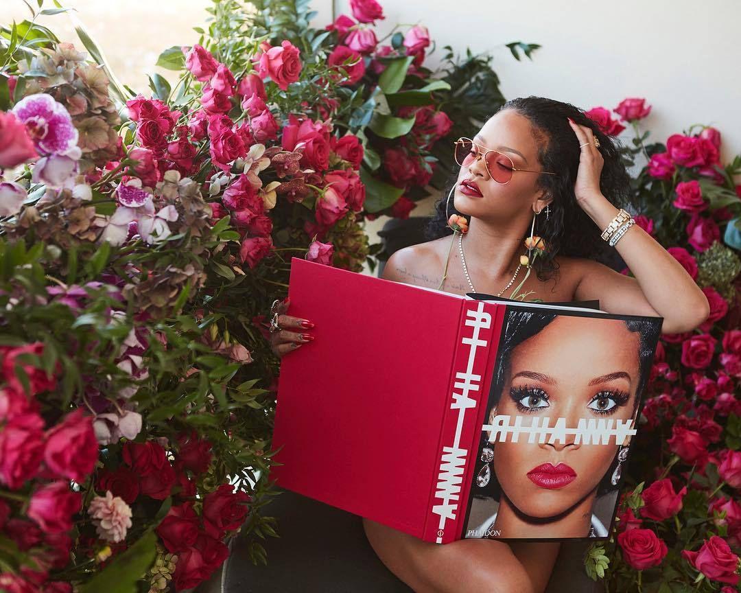 Découvrez le Livre de Rihanna, et partagez plus de 1000 images de ses souvenirs précieux,  en vente maintenant !!👏😍📕💞💞