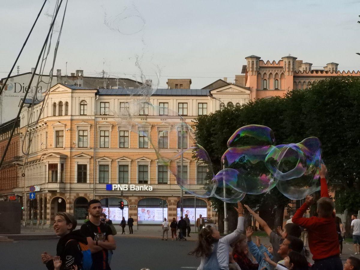 Elise se mèlera aux enfants pour éclater les bulles d'un artiste