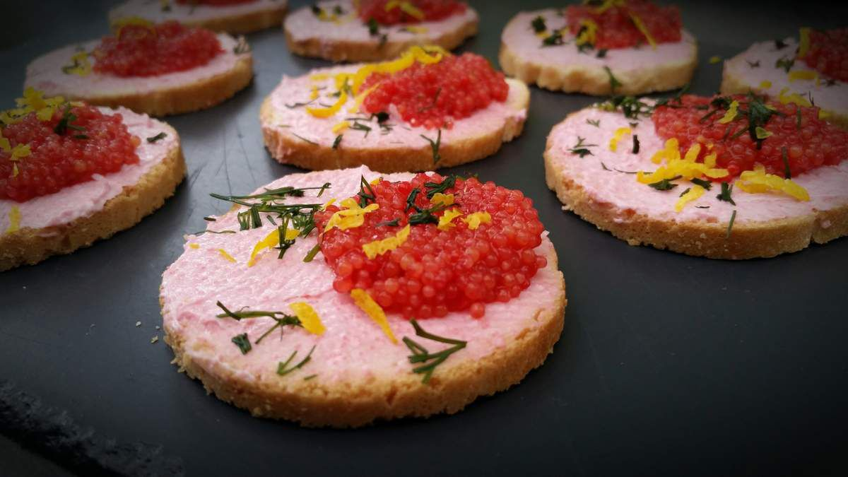 Toasts Tarama, oeufs de lompe rouges, aneth et zeste de citron