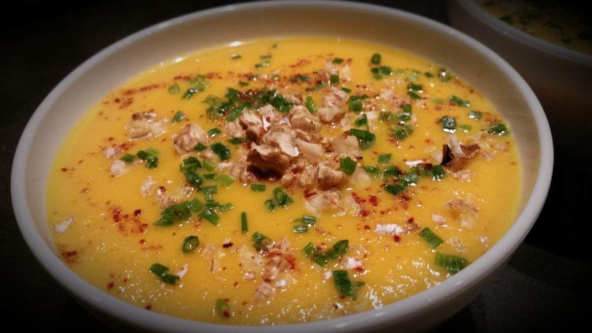 Soupe à la carotte, potimarron et éclats de noix