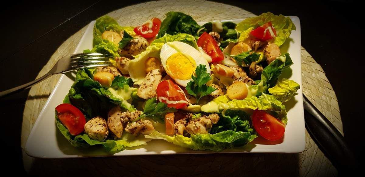 Salade au poulet mariné aux herbes