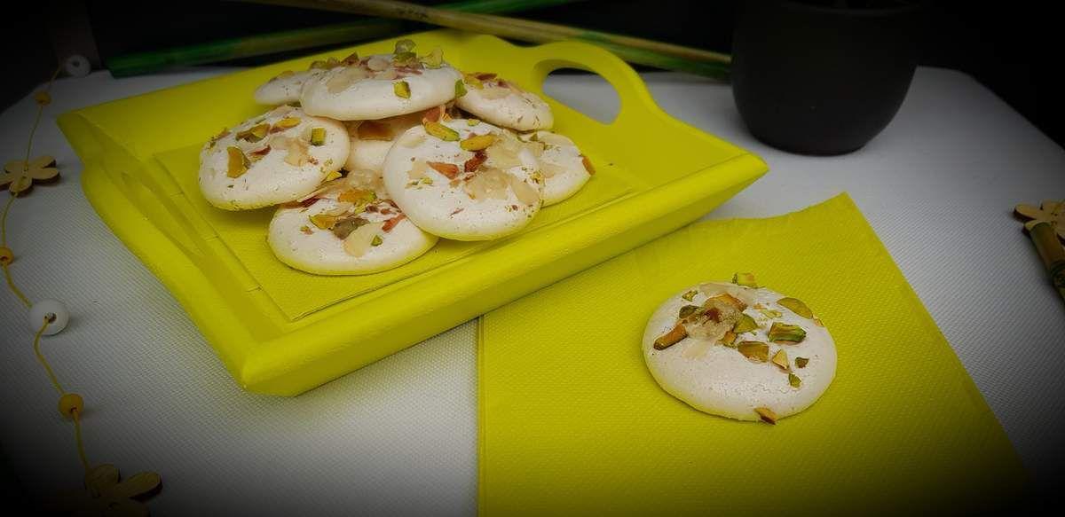 Meringues à la pistache et amandes effilées