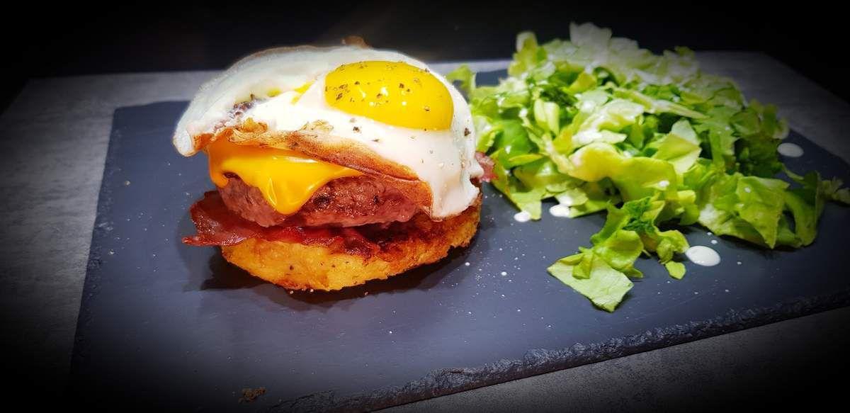 Oeuf au plat sur galette de pomme de terre et steak haché