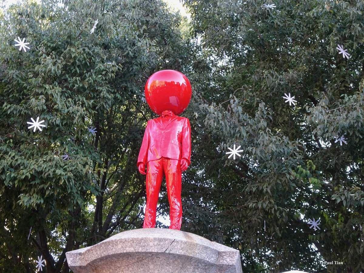 Quand le bonhomme rouge à la tête de pomme... vous contemple