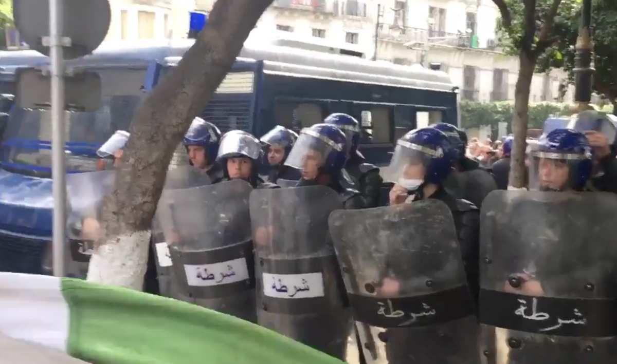 Vidéo. L'humour de la jeunesse algérienne face... à un canon à eau de la police