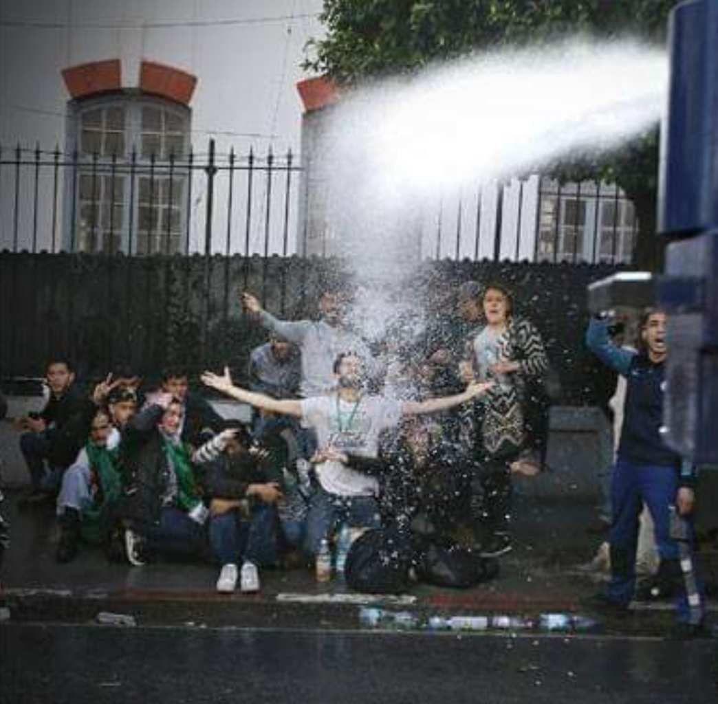 Algérie : face aux canons à eau de la police, la photo iconique des étudiants