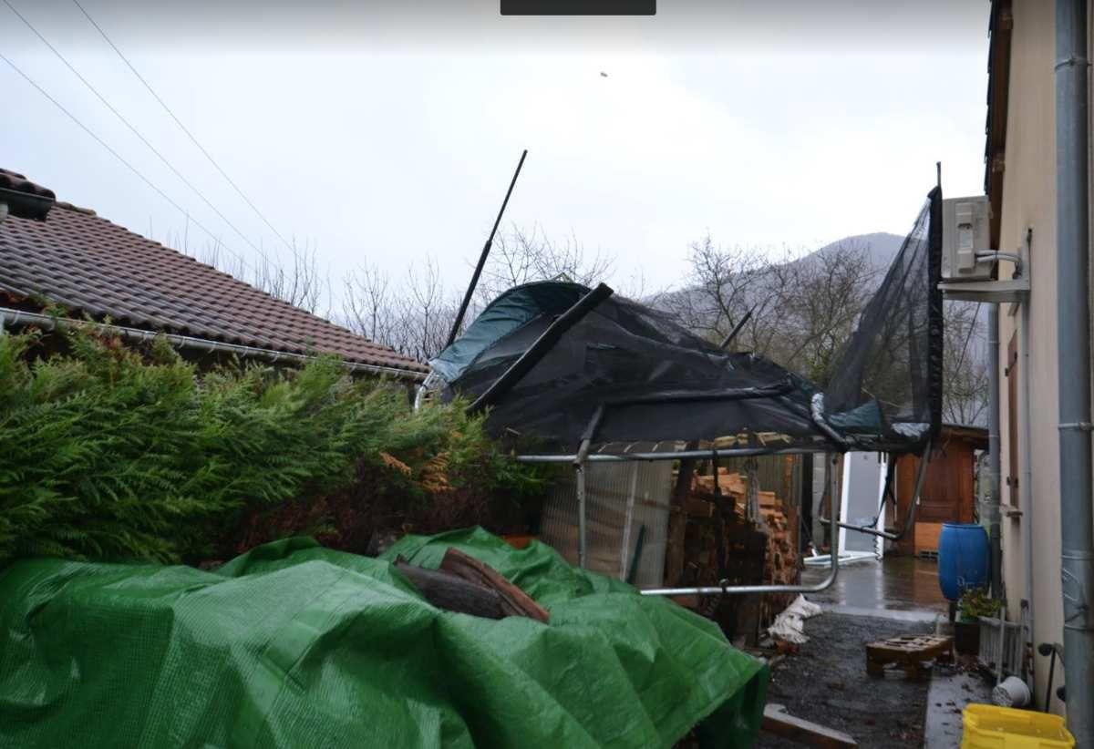 Le vent a soufflé très fort ce vendredi matin à Saint-Béat-Lez. Ce trampoline s'est envolé avant de défoncer un portail et de s'encastrer dans un abri en bois...  (Photo © Bernard Brando)