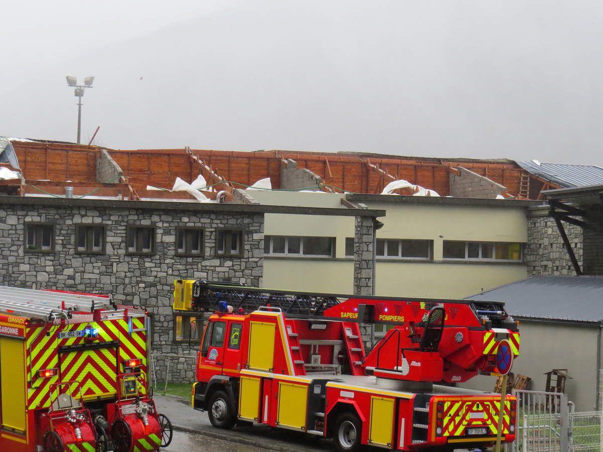 Saint-Béat : toit de l'école envolé, inondation dans la rue principale...