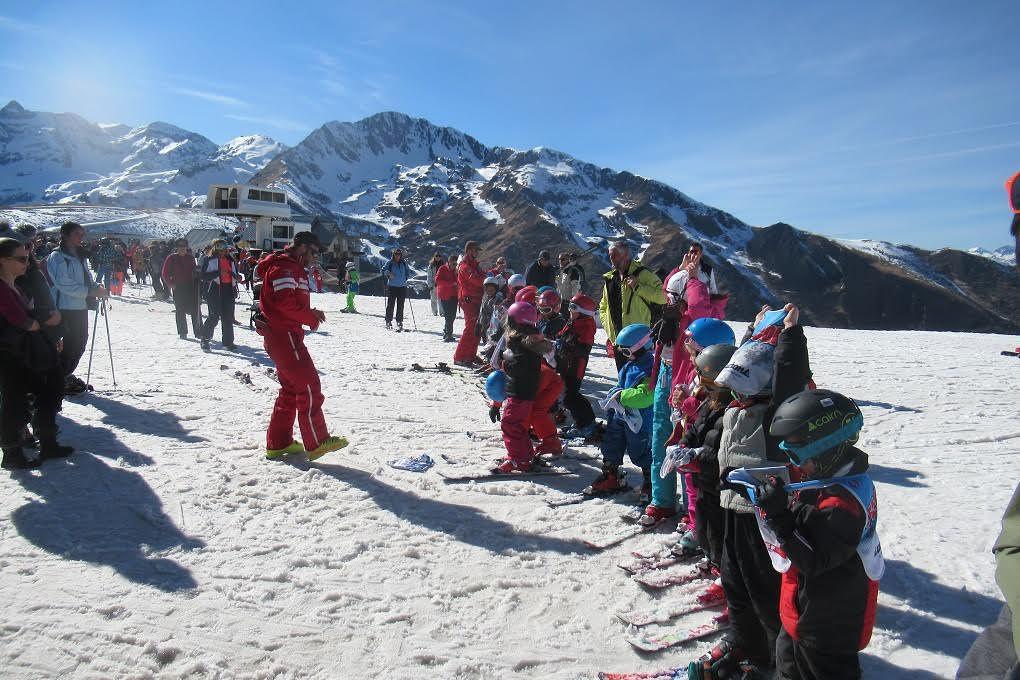 Vidéo. A Luchon-Superbagnères, des remises de médailles aux jeunes skieurs... grâce au transport de neige en hélicoptère (Tribune Libre)