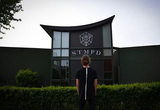 Als Vorbild dient ihm die Musik von Martin Garrix, hier sieht man den angehenden Produzenten vor dessen Studio