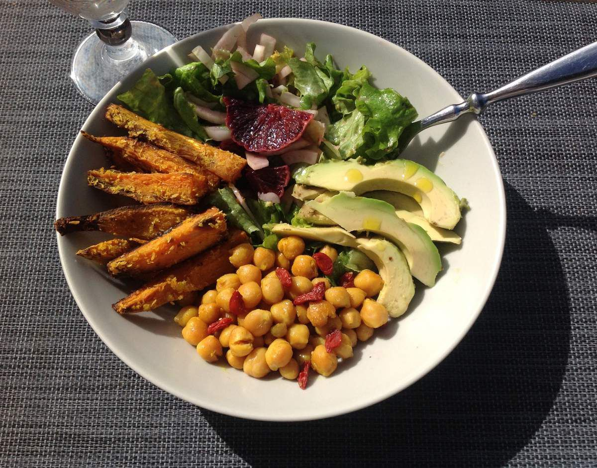 Buddha bowl patates douces / pois chiches / avocat / salade verte-fenouil-orange sanguine
