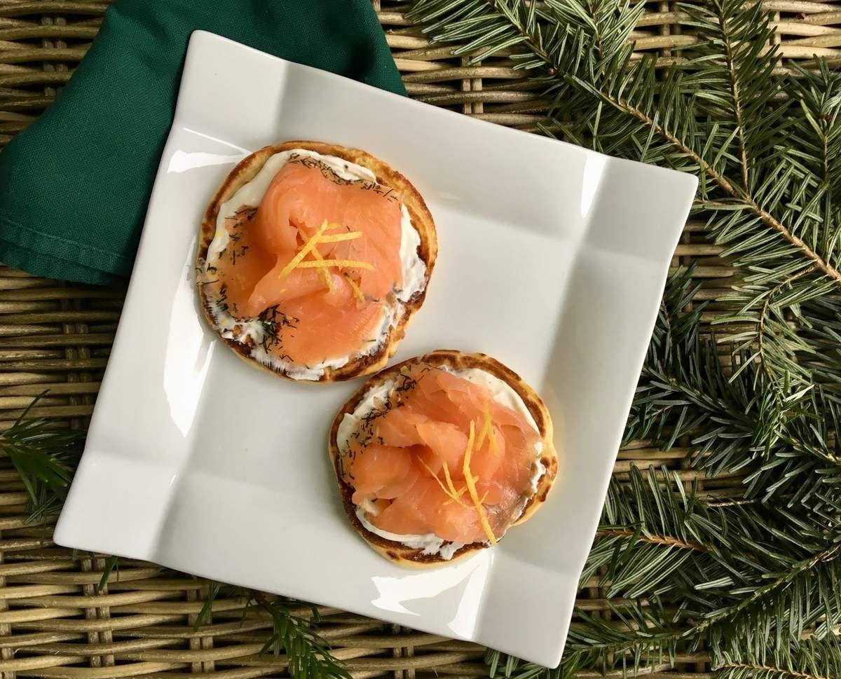 Blinis de saumon fumé , crème citronnée.