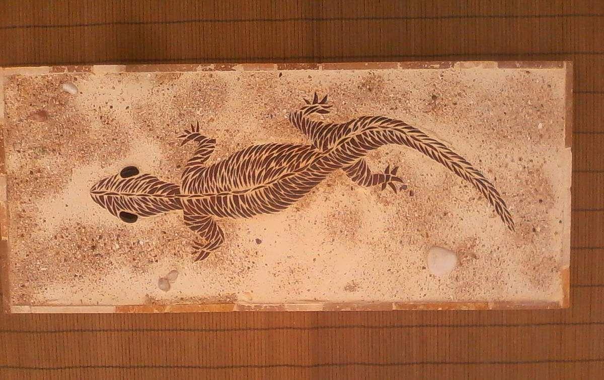 Salamandre en émaux de Briare, fond en sable fixé. 72x31 cm.