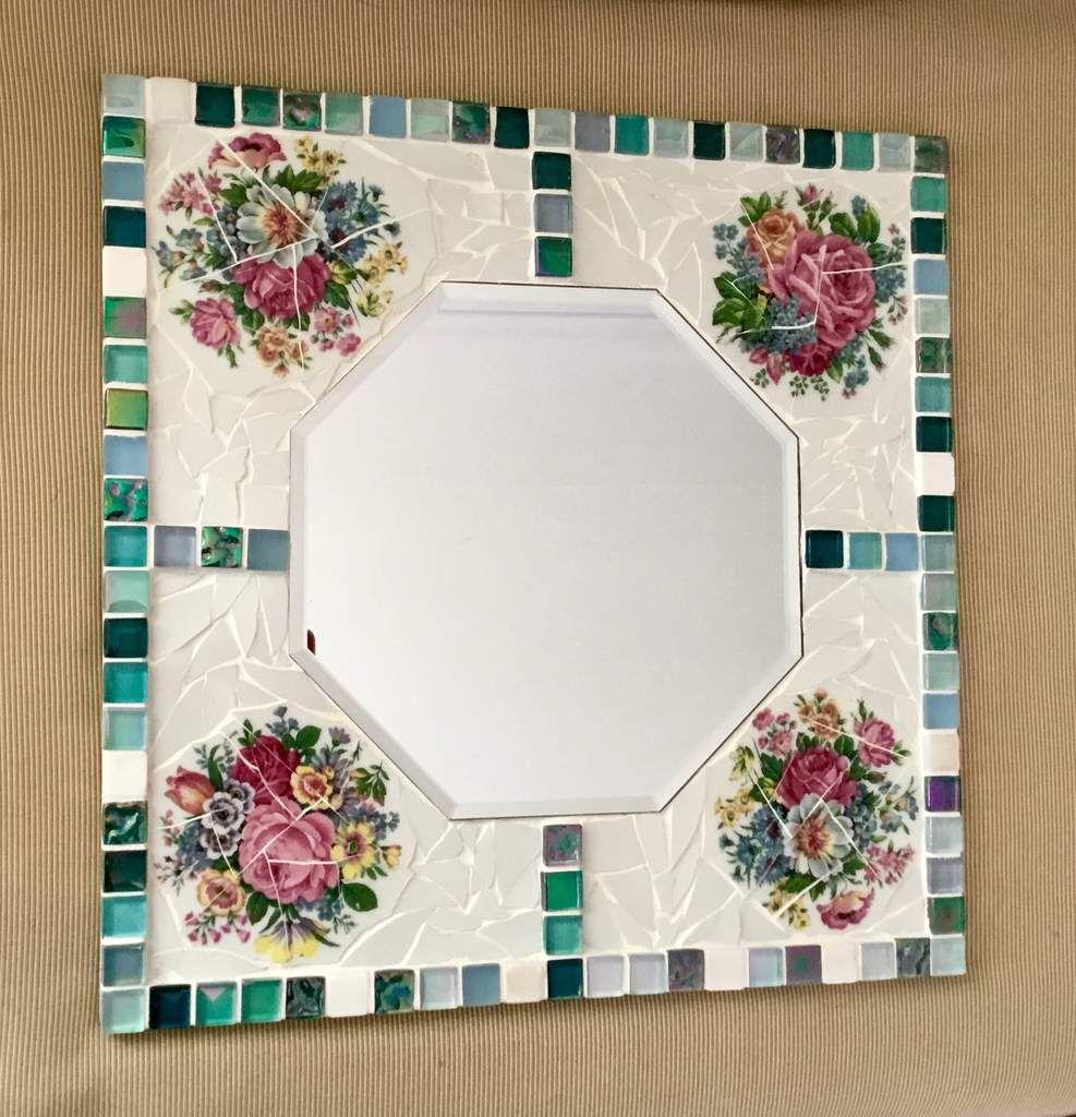 33 cm de côté. Décor en porcelaine ancienne, ( vaisselle « cassée»), motif bouquet, tour en vetrocristal. Miroir hexagonal.