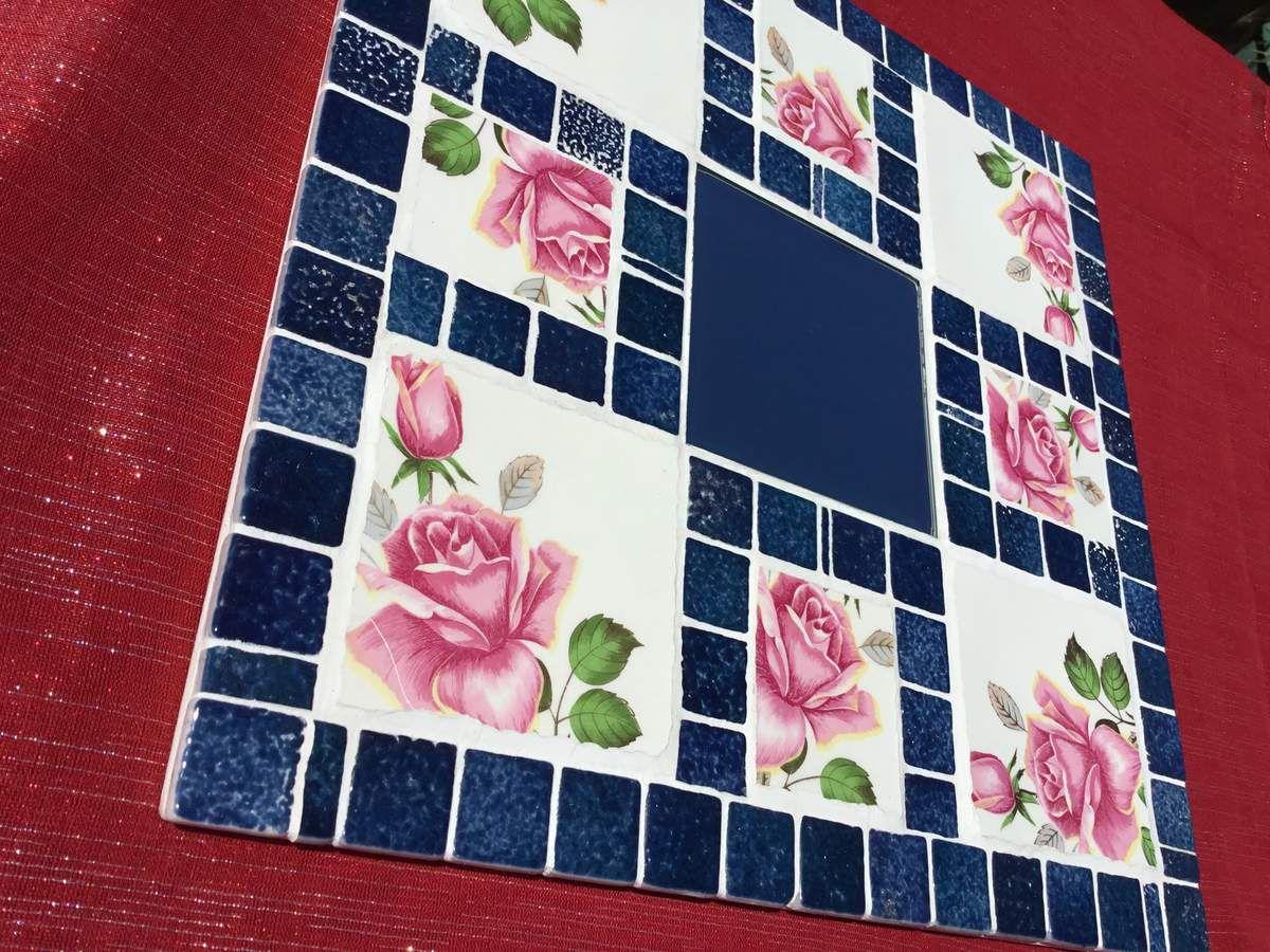 Miroir carré 33 cm de côté. Bordures en émaux de Briare et motifs ( roses) en faïence ancienne ( pique assiette gien).