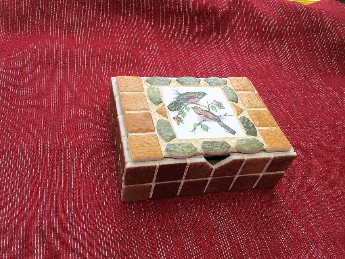 Boîte carrée 15x11x5 cm. Émaux de Briare et médaillon en faïence ancienne ( pique-assiette).