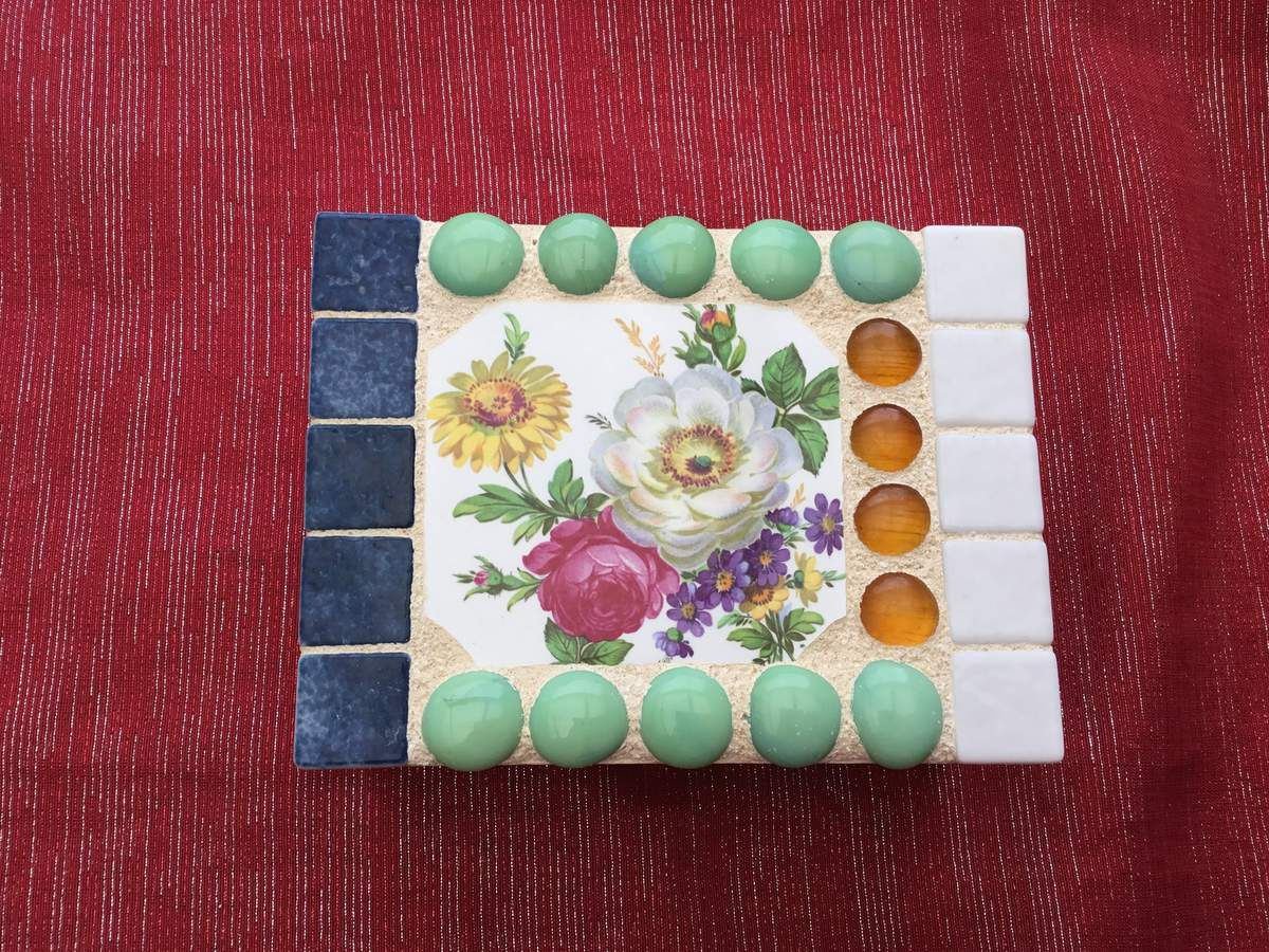Boîte carrée 16 x12x 5 cm. Émaux de briare, billes de verre plates, et médaillon en faïence ancienne ( pique assiette).