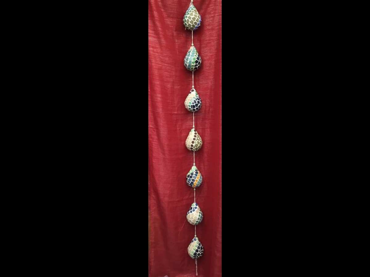 Guirlande  de 7 gouttes en mosaïque d'emaux De Briare et billes de verre. Environ 20 cm chacune..