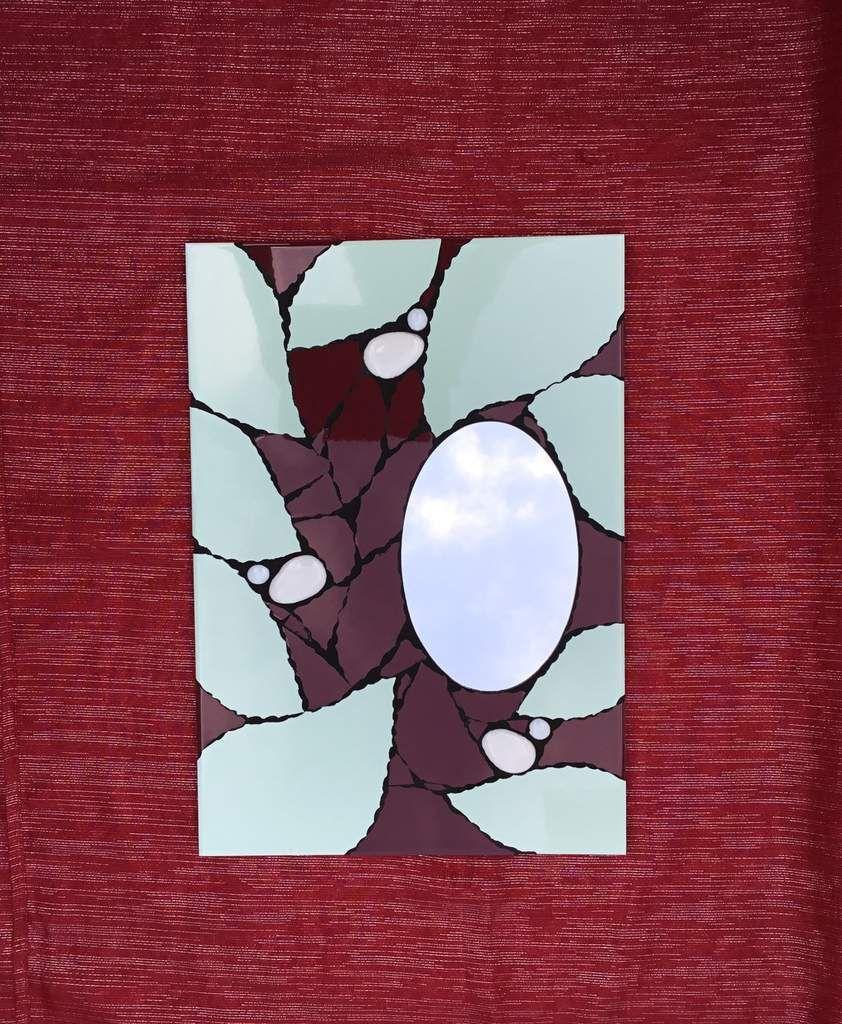 32x45 cm. Vert d'eau, rouge grenat et galets de verre blancs.