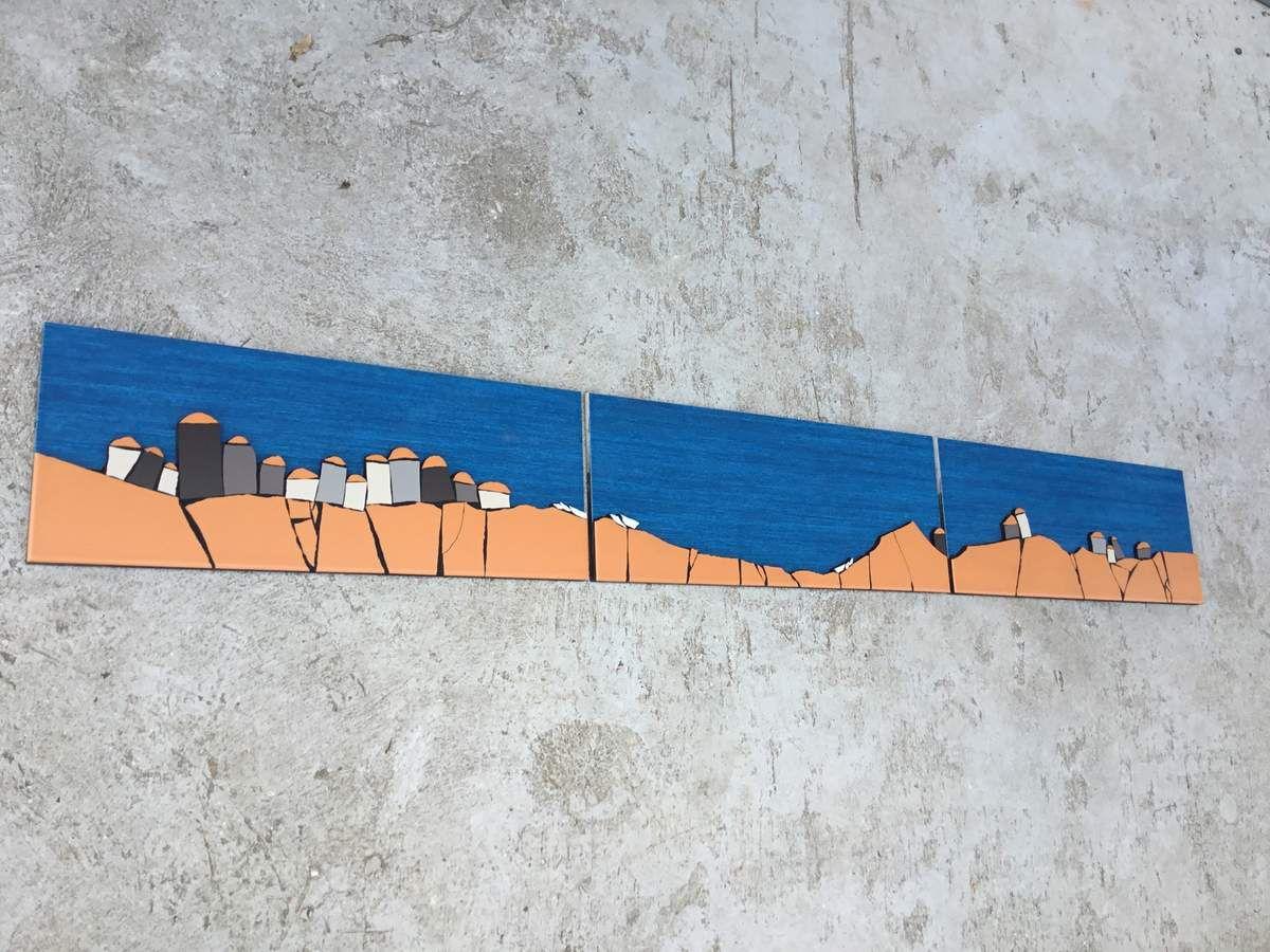 Mosaique naïve. Triptyque représentant un village de pêcheurs d'Afrique de l'Ouest. Maisons, rivage et barques en sur épaisseur. 150 x20 cm.