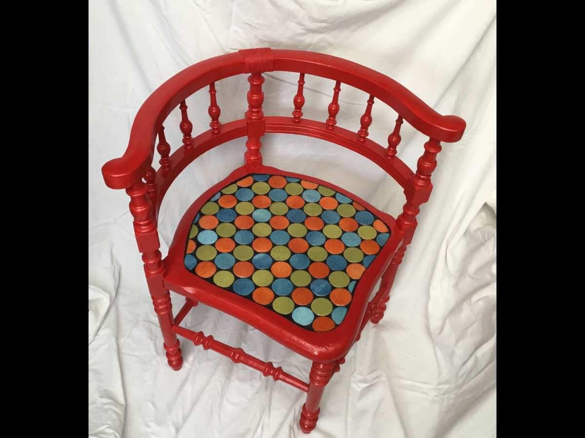 Fauteuil ancien en bois, style Henri 2, relooké rouge, assise en mosaïque d'emaux de Briare bleu vert orange. Joint noir. 62x64 cm. Création unique.