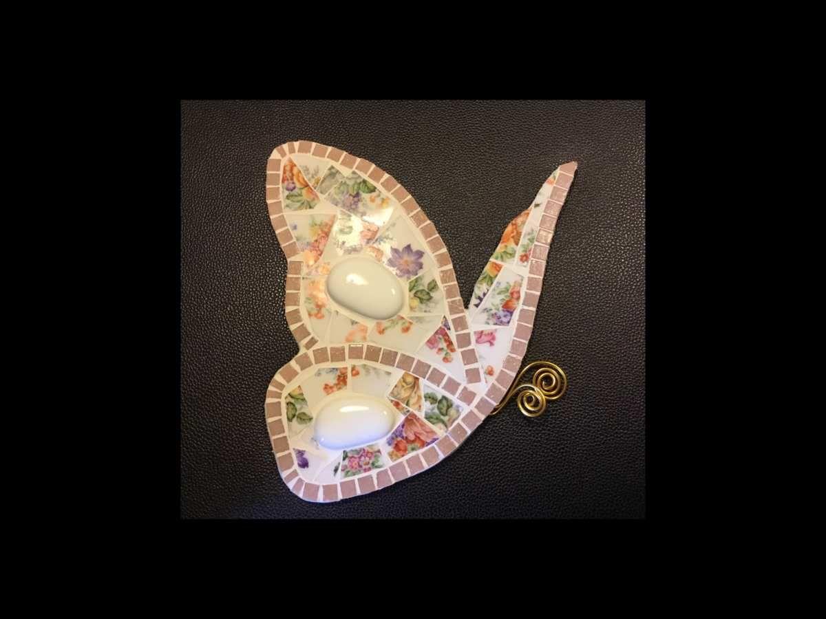 Papillon 27 cm en porcelaine ancienne. Motif fleuri.