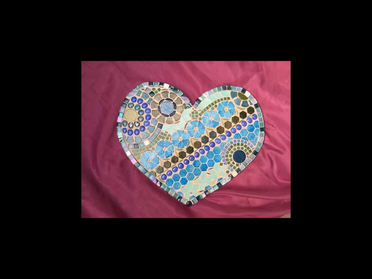 46x41 cm. Grand Coeur mosaïque multimateriaux, émaux de Briare, billes de verre, faïence picassiette ancienne, vetrocristal. Nuances bleus verts.