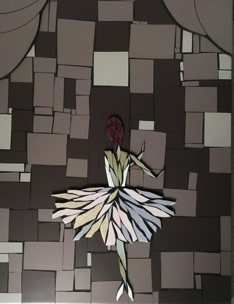 51 x37 cm.Tableau mosaïque. Ballerine sur scène, en émaux de Briare, en sur épaisseur ( bas relief) sur fond en faïence.