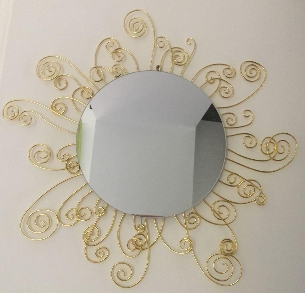 Miroir 20 cm de diamètre, orné de fil d'aluminium doré enroulé.