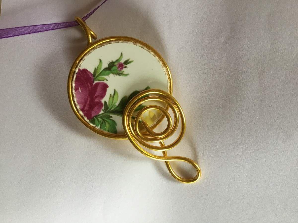 Bijou en faïence ancienne et bordure en fil d'aluminium couleur or, argent, ou or rose.