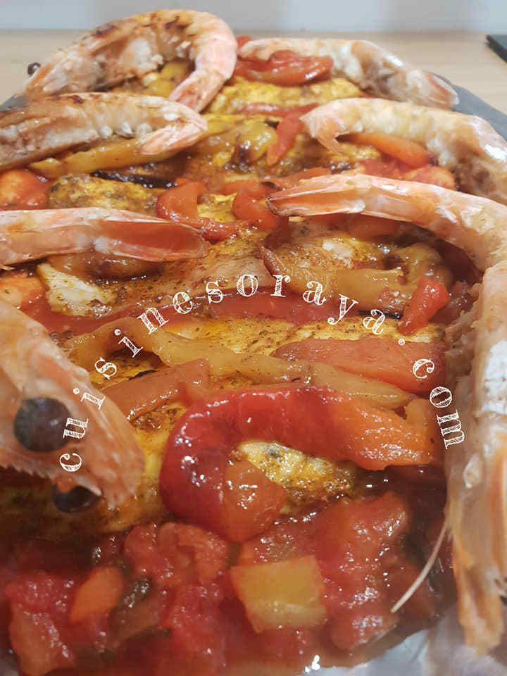 Bar au four à la sauce aux crevettes et au poivron grillé