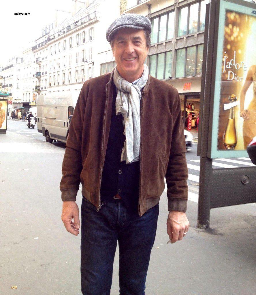 ONLAVU : François Cluzet, Elie Semoun, une charmante dame très colorée et chaque jour de couleur différente, un homme en costume arabe, un autre  homme en costume traditionnel lors du nouvel an Chinois