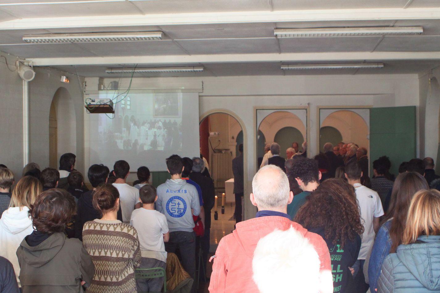 L'annexe aussi était pleine et certains sont restés dans le couloir